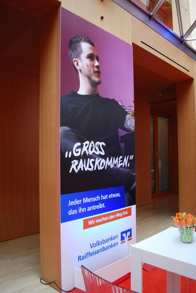 Ein Werbeschild, produziert im Plattendirektdruck aus der Kategorie Veranstaltungsbau.