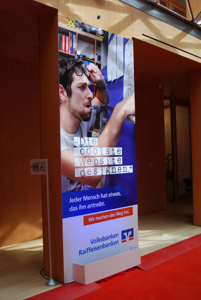 Ein Werbebild als UV-Forex-Print auf einer Säulenverkleidung als Teil eines Eventbaus.