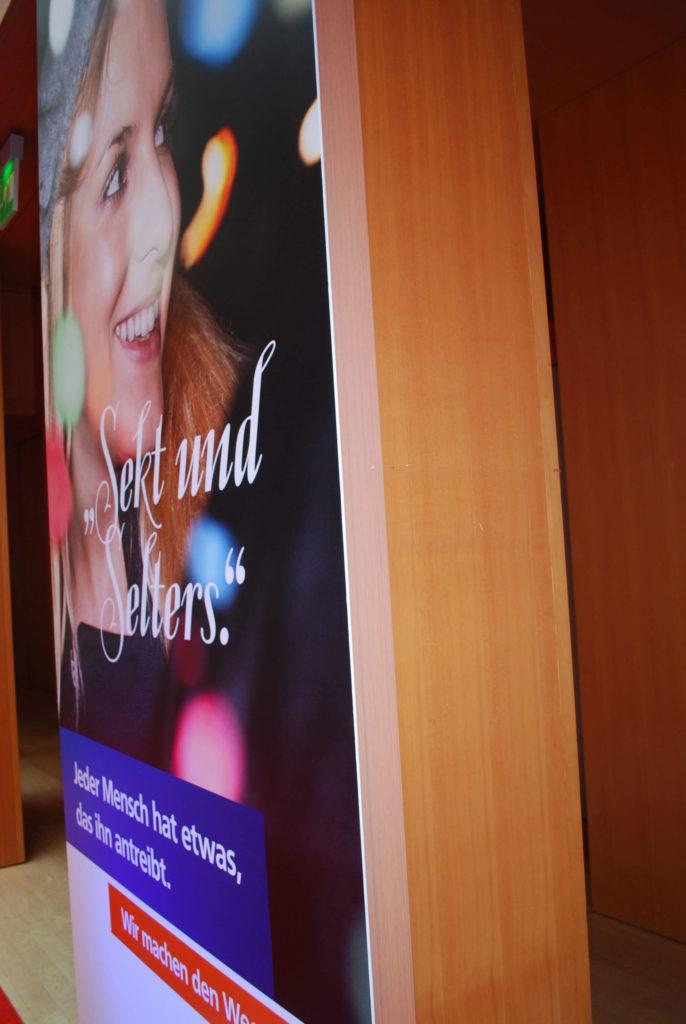Das Werbebild auf einem Plattendruck verwendet als Veranstaltungsbranding.