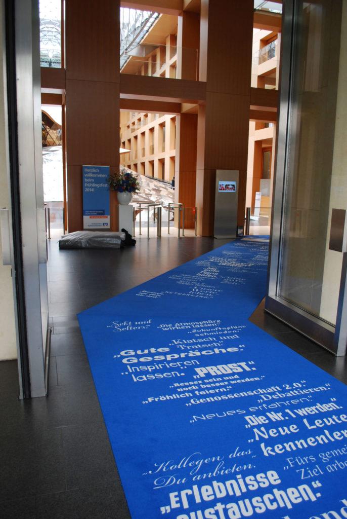 Ein bedruckter Teppich verwendet als Bodenwerbung.