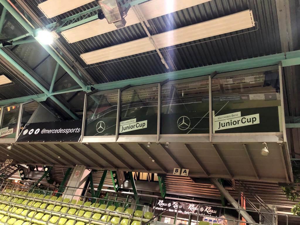 Werbeschilder und Werbebanner als Hallen-Branding und Event-Branding.