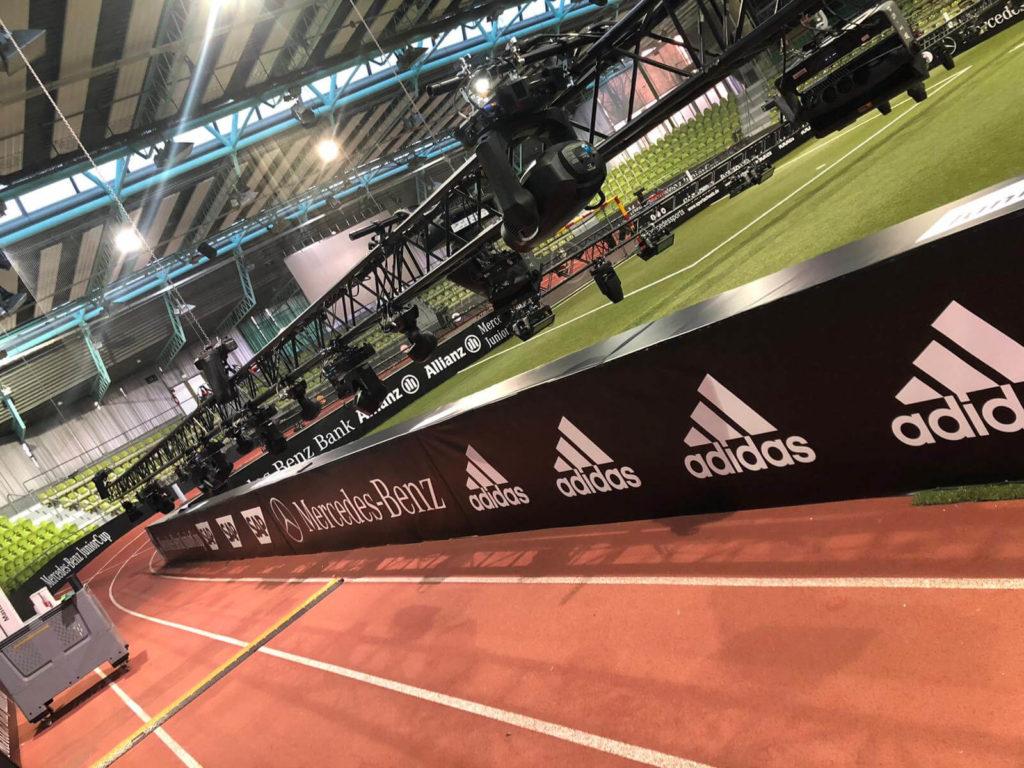 Digitaldruck auf PVC-Banner als Spielfeldwerbung auf einem Sportevent.