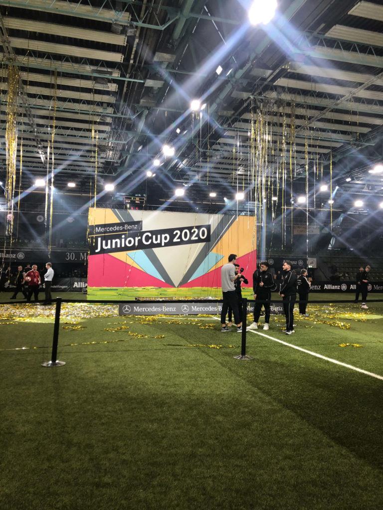 5m UV-Rollendruck Deckenbanner in einer Sporthalle zu einem Event.