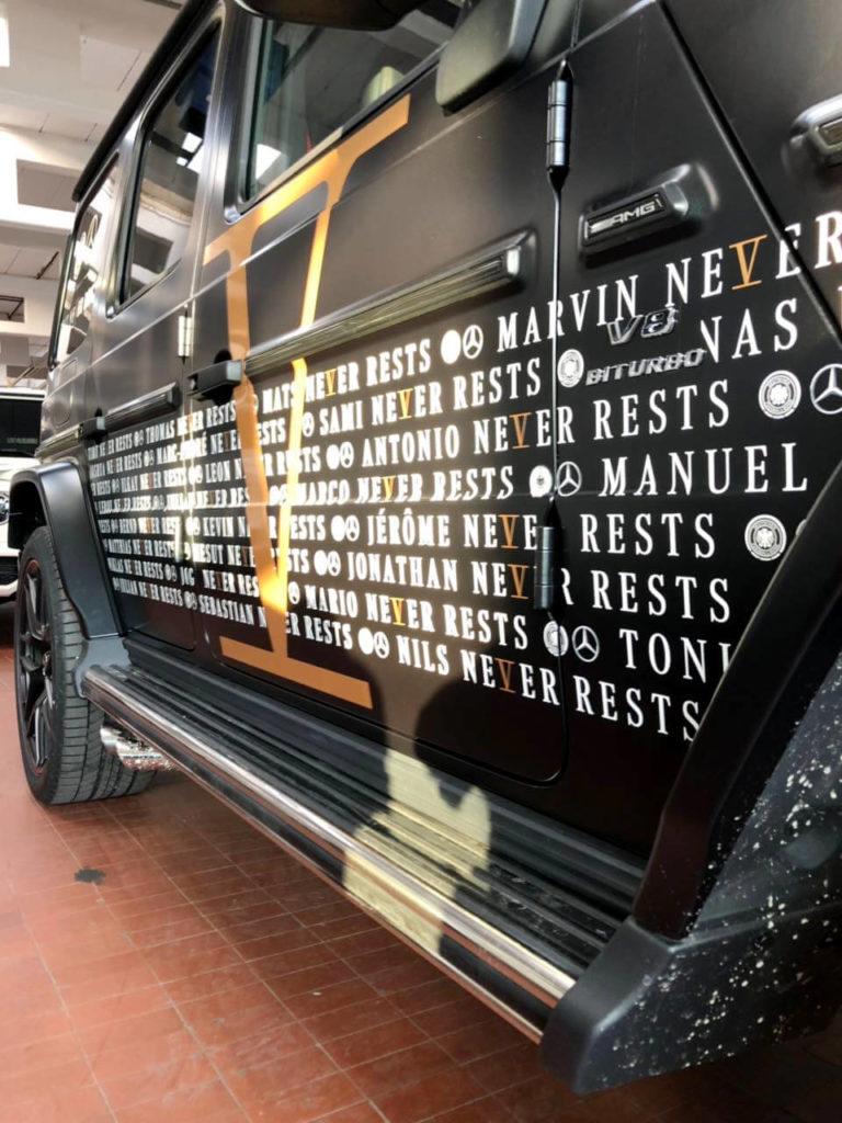 WM-Kader als individuelle Fahrzeuggrafik aus konturgeschnittenen Digitaldrucken