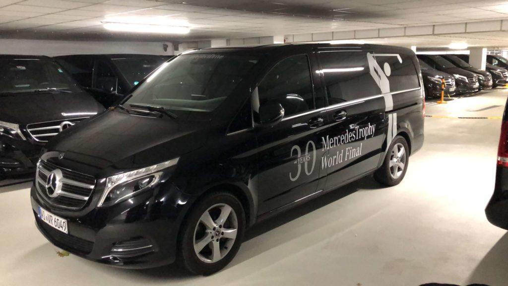 Ein schwarzes Mercedes Van mit einer Autobeschriftung.