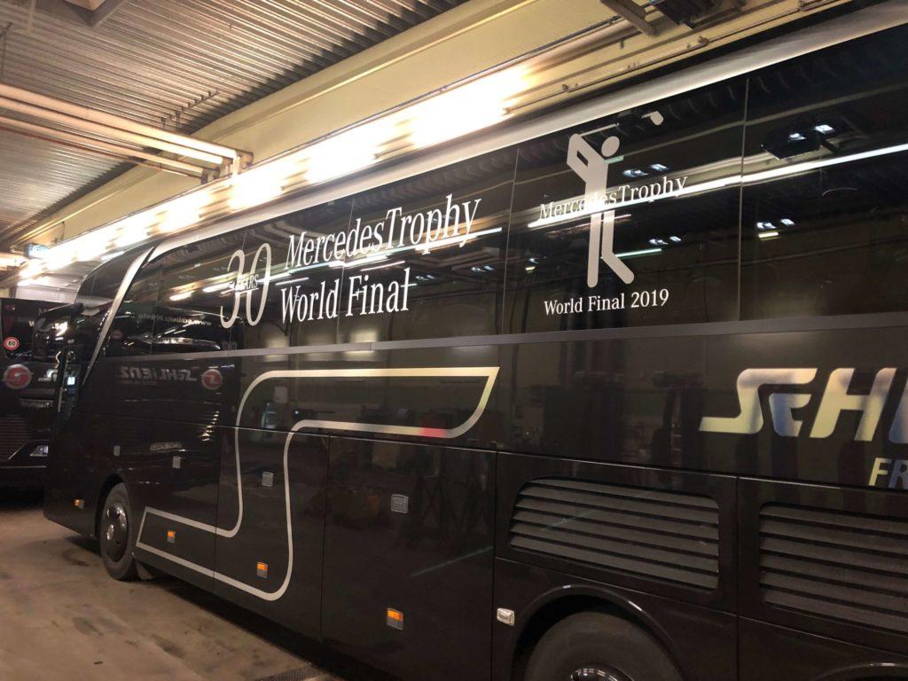 Ein schwarzes Fahrzeug mit einer Busbeschriftung, Folienplot, das einer Eventbeschriftung dient.