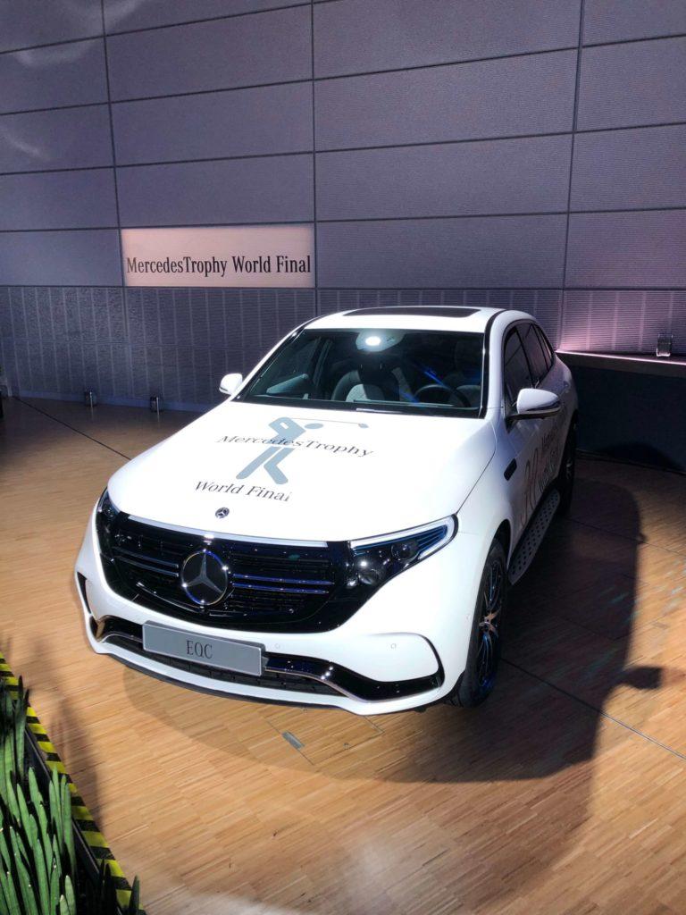 Ein weißes Fahrzeug mit einem Fahrzeugbranding, Folienplot, das einer Eventbeschriftung dient.