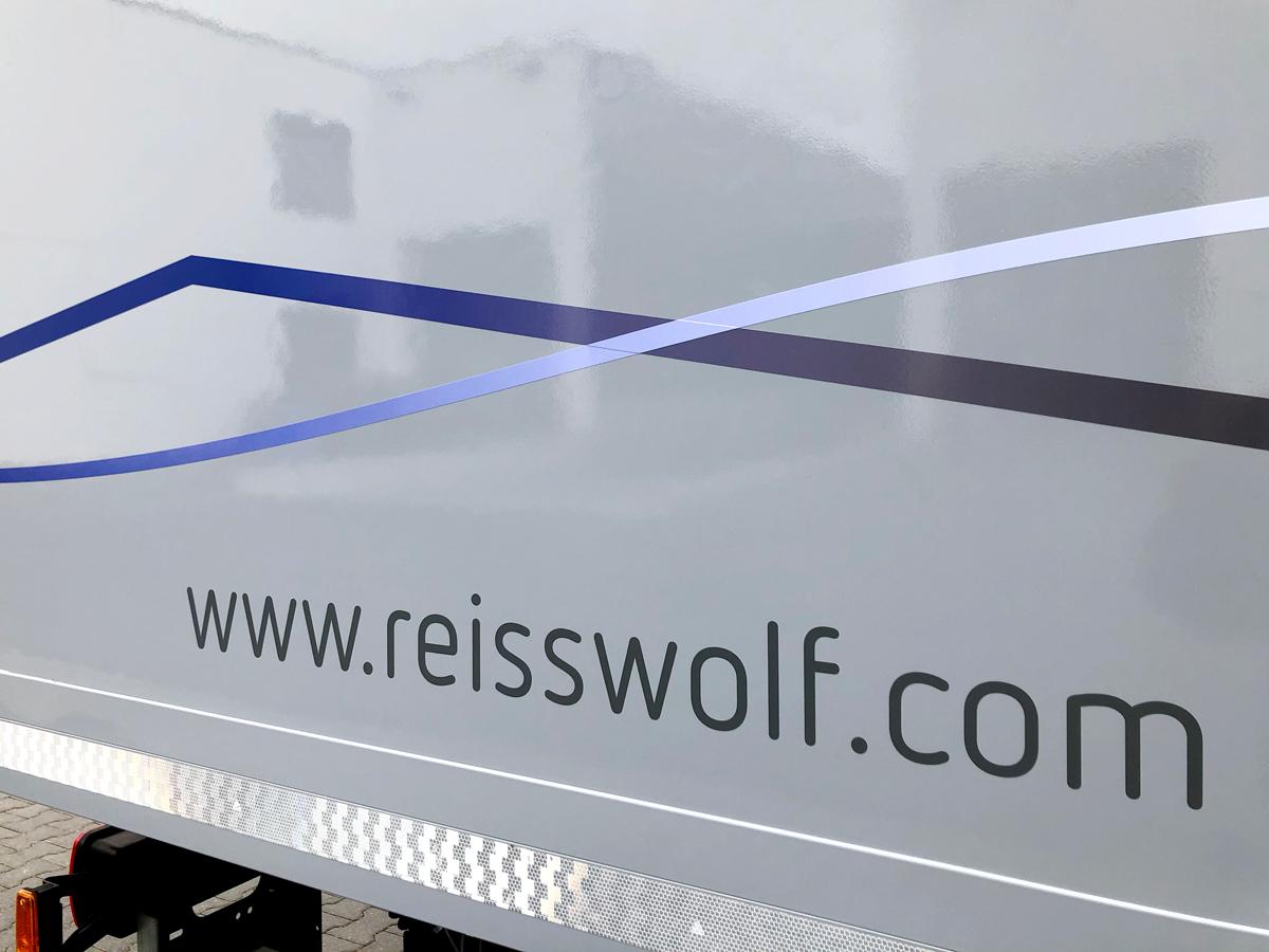 Fahrzeugbeschriftung auf einem 18-Tonner LKWs der Firma Reisswolf.