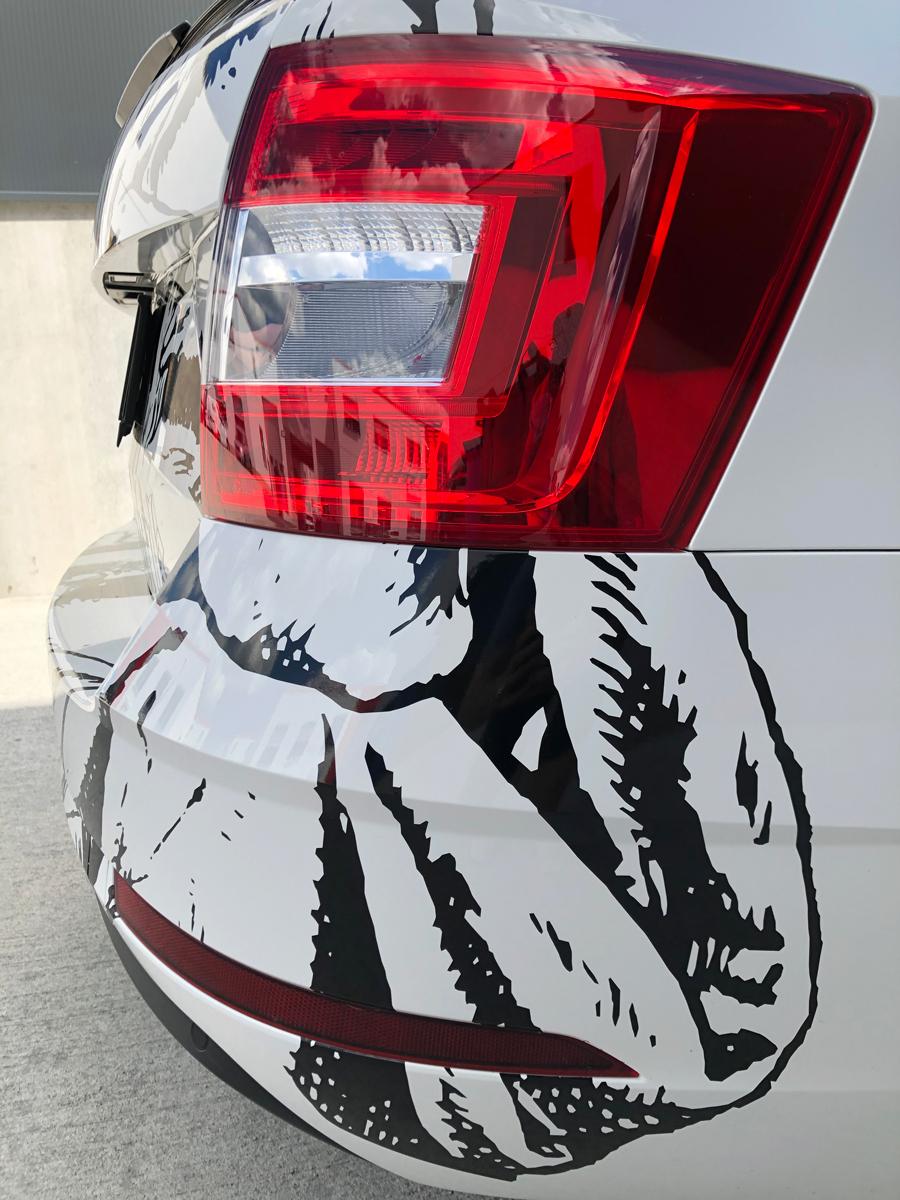 Das Rücklicht eines Fahrzeuges auf der Beifahrerseite mit Folienplotts.